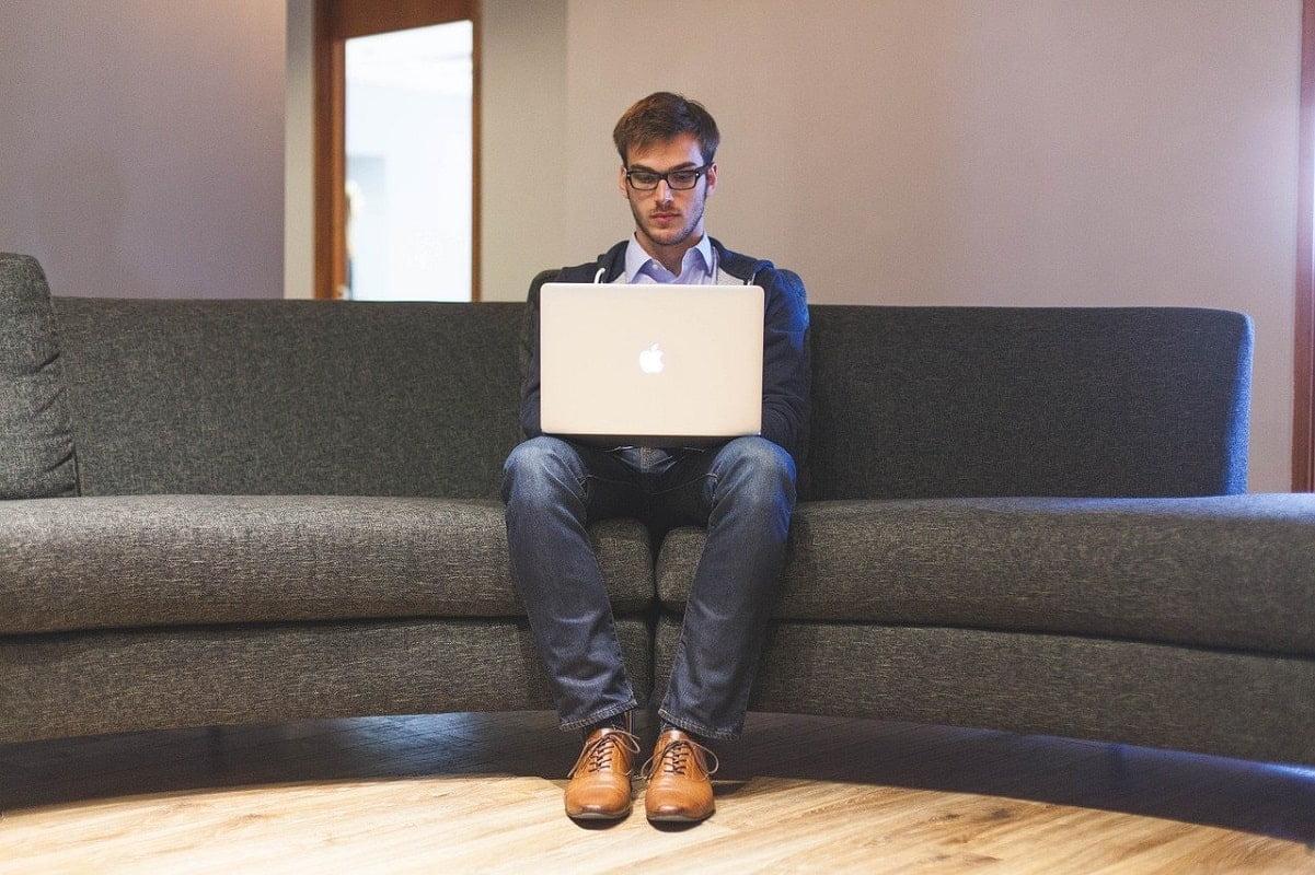 antreprenor barbat laptop
