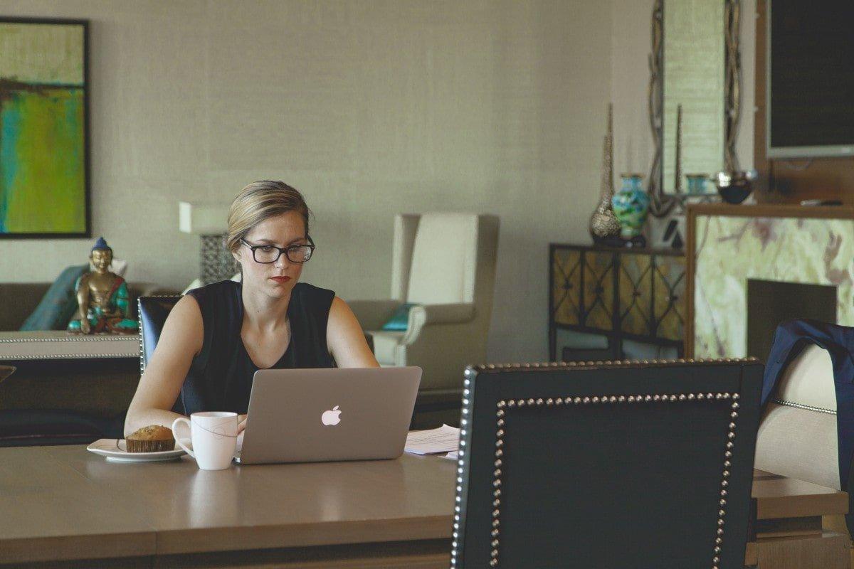 femeie laptop apple
