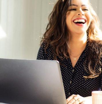femeie laptop